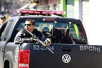 RIO DE  JANEIRO,RJ,16 DE AGOSTO DE 2012- No início da  manha desta quinta-feira(16) policiais da  POLÍCIA FEDERAL com apoio do BOPE e BP CHOQUE, realizaram uma  operção  no Complexo da Mare,nas  comunidades do Timbau e Vila do Joao, em Bonsucesso zona norte  do RJ.Um veiculo tres homens ,uma mulher , moto, cadeira de roda,um fuzil ponto 30 e motos foram apreendidos .Os presos foram  levados  para  Polícia Federal, zona portuária.<br /> Guto Maia/ Brazil Photo Press