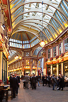 Great Britain, London: pubs at Leadenhall Market in evening, a covered market in the City of London | Grossbritannien, England, London: Pubs im Leadenhall Market, ein ueberdachter Markt in der City of London