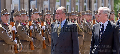 I. Juan Carlos Spanish king and Hungarian president Laszlo Solyom walk together in front of the honour guards in front of the Sandor Palace, Budapest, Hungary. Tuesday, 29. May 2007. ATTILA VOLGYI