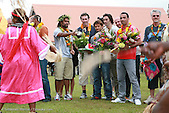 Christian Karembeu avec Laurent Blanc, Bixente Lizarazu, Robert Pires, Franck Leboeuf, Youri Djorkaeff et Aimé Jacquet assistent à une danse traditionnelle kanak, chefferie de Natalo, Lifou, Nouvelle-Calédonie lors de leur visite sur l'île pour le Jubilé Karembeu, le 29 mai 2008.