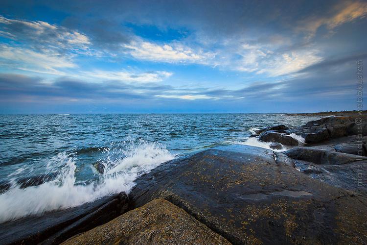 Klippa och vågor Finnskär vid havet i Stockholms skärgård/ Stockholm archipelago Sweden