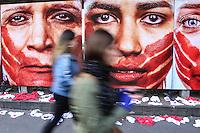 """SÃO PAULO, SP, 10.06.2016 - PROTESTO-SP - Rio de Paz realiza protesta contra o abuso sofrido pelas mulheres, no vão livre do MASP, em São Paulo (SP), nesta sexta-feira (10). 420 calcinhas estão estendidas, no chão, representando a quantidade de mulheres estupradas a cada 72 horas no país. Por ano, são cerca de 50 mil. Além disso, estão expostos painéis de 2x2 metros com imagens do fotógrafo Marcio Freitas sobre o tema """"Nunca me calarei"""". Nas fotos, modelos retratam a angústia sofrida por mulheres vítimas de abuso. (Foto: Vanessa Carvalho/Brazil Photo Press)"""