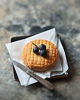 Europe/France/Bourgogne/21/Côte d'Or: AOC Epoisses, fromage à base de lait de vache, à pâte molle, à croûte lavée, Il est affiné en étant frotté au marc de Bourgogne. Sa couleur orangée est due aux bactéries de surface : l'utilisation de colorants est strictement interdite. - Stylisme : Valérie LHOMME  //  France, Cote d'Or, AOC Epoisses cheese made from cow's milk, soft cheese, washed rind, it is refined by being rubbed with Marc de Bourgogne, its orange color is due to surface bacteria, the use of colors is strictly prohibited, styling, Valerie Lhomme
