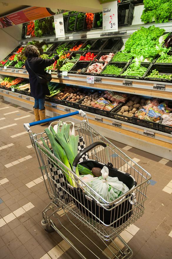Nederland, Rotterdam, 6 febr 2012.Gimsel natuursupermarkt, Mariniersweg, Rotterdam..Grote biologische supermarkt...Foto (c): Michiel Wijnbergh