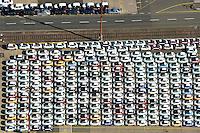 Auto Verladung Hamburg : EUROPA, DEUTSCHLAND, HAMBURG (EUROPE, GERMANY), 08.03.2015: Neuwagen der Firma Fiatwarten auf den Transport in alle Welt am Uni Kai im Hamburger Hafen