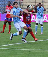 PASTO - COLOMBIA -23-07-2016: Leandro Velasquez (Der.) jugador de Deportivo Pasto disputa el balon con Luis Narvaez (Izq.) jugador de Atletico Junior, durante partido Deportivo Pasto y Atletico Junior, por la fecha 5 de la Liga Aguila II 2016, jugado en el estadio Departamental Libertad de la ciudad de Pasto.  / Leandro Velasquez (R) player of Deportivo Pasto fights for the ball with Luis Narvaez (L) player of Atletico Junior, during a match Deportivo Pasto and Atletico Junior, for the date 5 of the Liga Aguila I 2016 at the Departamental Libertad stadium in Pasto city. Photo: VizzorImage. / Leonardo Castro / Cont.