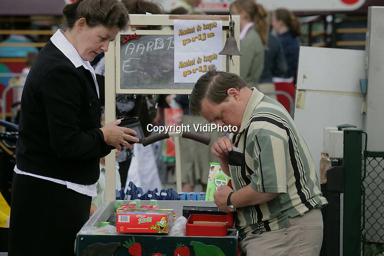 Foto: VidiPhoto..KESTEREN - Impressie van de jaarlijkse verkoopdag van De Schutse in Kesteren. Wim Hulsman zorgt voor het bijschrift.