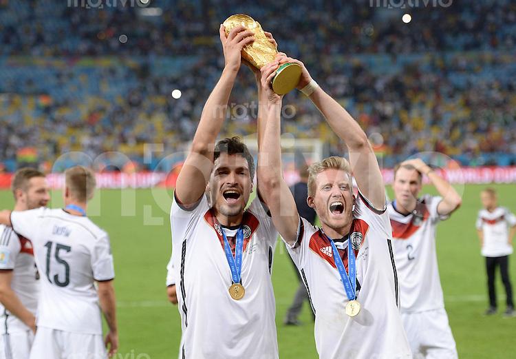 FUSSBALL WM 2014                       FINALE   Deutschland - Argentinien     13.07.2014 DEUTSCHLAND FEIERT DEN WM TITEL: Mats Hummels (li) und Andre Schuerrle jubeln mit dem WM Pokal