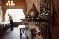 """Europe et Asie /Turquie/Istanbul: Restaurant """"Zeyrekhane"""" Quartier Unkapani détail de la salle du restaurant"""