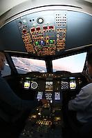Im nachgebauten Cockpit des A380 erleben die Teilnehmer den Flug aus der Sicht des Piloten, Pilot Armin Oujinejad erklärt das Vorgehen vom Sitz des Co-Piloten aus beim Anflug auf Dubai