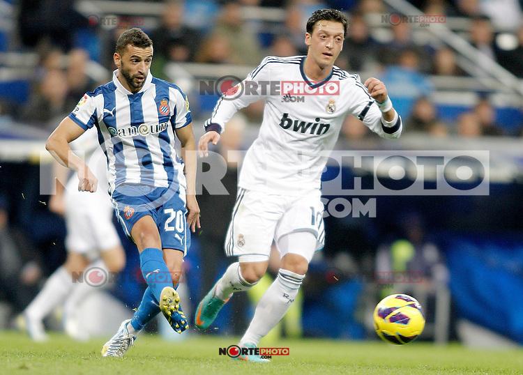 Real Madrid's Mesut Özil against Espanyol's Simao Sabrosa during La Liga match. December 16, 2012. (ALTERPHOTOS/Alvaro Hernandez)
