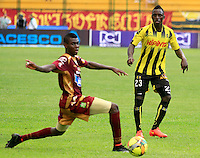 FLORIDABLANCA -COLOMBIA, 02-11-2014.  Deiver Machado (Der) jugador de Alianza Petrolera hace un pase frente a un jugador de Deportes Tolima durante encuentro  por la fecha 17 de la Liga Postobon II 2014 disputado en el estadio Alvaro Gómez Hurtado de la ciudad de Floridablanca./ Deiver Machado (R) player of Alianza Petrolera makes a pass in front of a player of Deportes Tolima during match for the 17th date of the Postobon League II 2014 played at Alvaro Gomez Hurtado stadium in Floridablanca city Photo:VizzorImage / Duncan Bustamante / STR