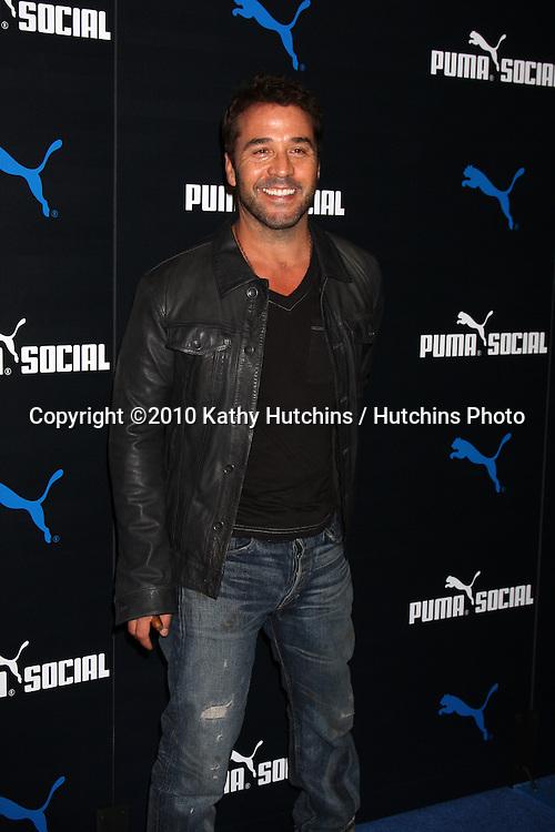 LOS ANGELES - OCT 13:  Jeremy Piven arrives  at the Puma Social Club LA Launch Event at Puma Social Club LA Launch Event on October 13, 2010 in W. Los Angeles, CA