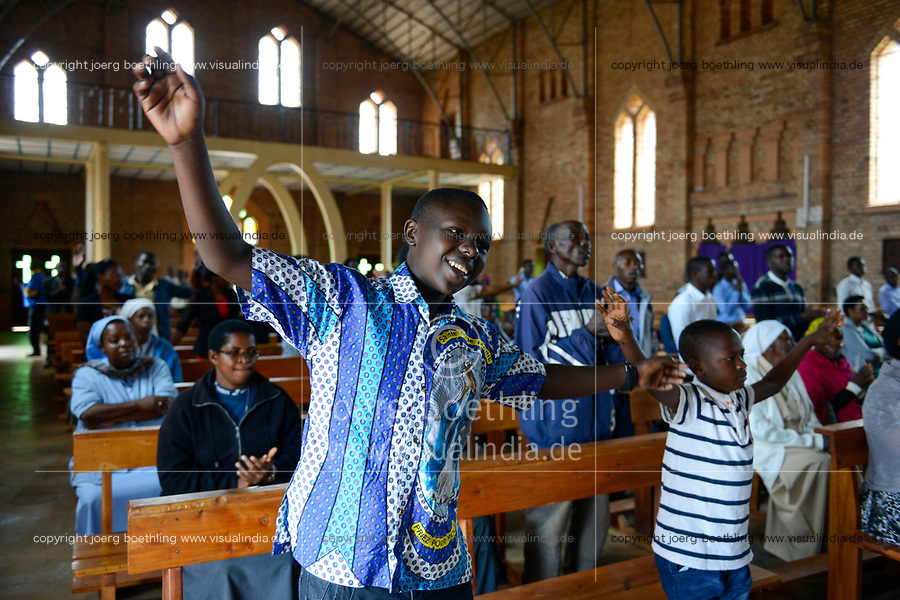 RWANDA, Butare, mass in cathedrale / RUANDA, katholische Kirche, Kathedrale, Sonntagsmesse, Kinder