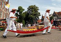 Kaasdragers op de Kaasmarkt in Edam