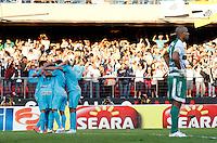 SÃO PAULO, SP,06 MAIO 2012 - CAMPEONATO PAULISTA - GUARANI x SANTOS FINAL - jogadores do Santos comemoram gol  durante partida Guarani X Santos válido pelo primeiro jogo da final doCampeonato Paulista no Estádio Cicero Pompeu de Toledo  (Morumbi), na região sul da capital paulista na tarde deste domingo  (06). (FOTO: ALE VIANNA -BRAZIL PHOTO PRESS).