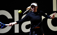 BOGOTÁ-COLOMBIA, 08-04-2019: Amanda Anisimova de Estados Unidos, devuelve la bola a Sabine Lisicki de Alemania, durante partido por el Claro Colsanitas WTA, que se realiza en el Carmel Club en la ciudad de Bogotá. / Amanda Anisimova from United States, returns the ball to Sabine Lisicki from Germany, during a match for the WTA Claro Colsanitas, which takes place at Carmel Club in Bogota city. / Photo: VizzorImage / Luis Ramírez / Staff.