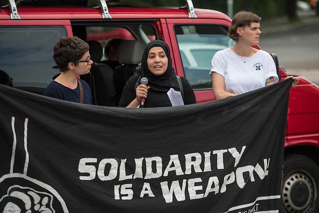 Kundgebung vor dem Berliner Polizeipraesidium am Montag den 10. Juli 2017 anlaesslich der Einstellung des Verfahrens gegen Polizisten, welche im September 2016 den irakischen Fluechtling Hussam Fadl Hussein bei einem Polizeieinsatz auf dem Gelaende einer Fluechtlingsunterkunft erschossen haben.<br /> Der 29 jaehrige Familienvater und Polizist wurde am 27.9.2016 in einer Berliner Fluechtlingsunterkunft von drei Polizisten von hinten erschossen, als er versucht haben soll sich einem festgenommenen Mann zu naehern, der seine Tochter missbraucht haben soll. Die Polizei hatte behauptet in Notwehr gehandelt zu haben, da Hussam Fadl Hussein angeblich mit einem Messer bewaffnet gewesen sein soll. Augenzeugen sagten jedoch aus, dass Hussam Fadl Hussein nicht bewaffnet gewesen sei und kein Messer gehabt habe.<br /> Die Staatsanwaltschaft hat das Ermittlungsverfahren Ende Mai 2017 mit dem Verweis auf Notwehr der Beamten eingestellt.<br /> Die Initiativen &bdquo;Reach Out&ldquo;, &bdquo;Kampagne fuer Opfer rassistischer Polizeigewalt (KOP)&ldquo;, der Fluechtlingsrat Berlin und Haman Gate (Ehefrau des Erschossenen) fordern die Wiederaufnahme der Emittlungen, eine Anklageerhebung der Staatsanwaltschaft und ein Strafverfahren gegen die Polizeibeamten, die auf Hussam Fadl geschossen haben und die sofortige Suspendierung der beschuldigten Polizisten. Um diese Forderung zu unterstuetzen haben ca. 100 Menschen vor dem Polizeipraesidium protestiert.<br /> Im Bild: Haman Gate, Ehefrau des Erschossenen.<br /> 10.7.2017, Berlin<br /> Copyright: Christian-Ditsch.de<br /> [Inhaltsveraendernde Manipulation des Fotos nur nach ausdruecklicher Genehmigung des Fotografen. Vereinbarungen ueber Abtretung von Persoenlichkeitsrechten/Model Release der abgebildeten Person/Personen liegen nicht vor. NO MODEL RELEASE! Nur fuer Redaktionelle Zwecke. Don't publish without copyright Christian-Ditsch.de, Veroeffentlichung nur mit Fotografennennung, sowie gegen Honorar, MwSt. und Beleg. Konto: I N G - D i 