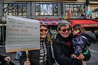 Manifestazione per il clima Manifestanti con cartelli a favore di interventi per il clima . Nonni e bambina