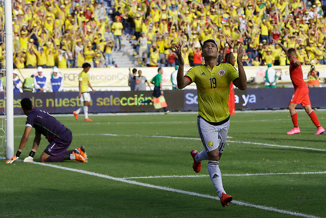 Teofilo Gutierrez celebra tras anotar el primer gol contra Peru  en el Estadio Metropolitano Roberto Melendez de Barranquilla el  8 de octubre de 2015.<br /> <br /> Foto: Archivolatino<br /> <br /> COPYRIGHT: Archivolatino<br /> Prohibido su uso sin autorizaci&oacute;n.