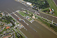 Kanalschleuse Brunsbuettel: EUROPA, DEUTSCHLAND, SCHLESWIG- HOLSTEIN,  (GERMANY), 25.04.2007: Kanalschleuse Brunsbuettel, suedliches Ende des Nord-Ostsee-Kanal (NOK), internationaler Name Kiel-Canal, wurde zwischen 1887-1895 gebaut (Erweiterung 1907-14) und ist fast 100 km lang. Der NOK ist eine Bundeswasserstrasse und der meistbefahrene Kanal der Welt.