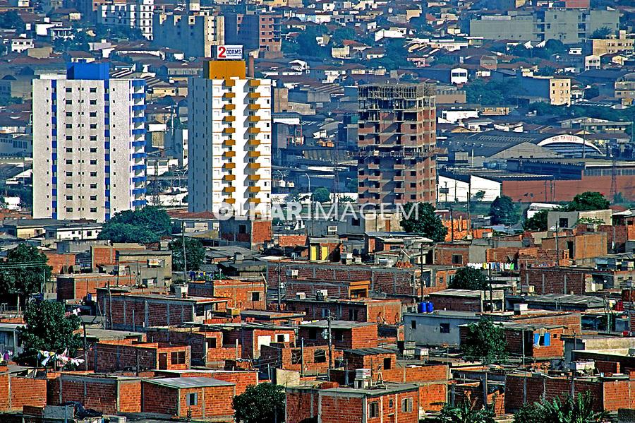 Predios e favela de Heliópolis em São Paulo. 1993. Foto de Juca Martins.
