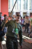 SAO PAULO, 14 DE JUNHO DE 2013 - PROTESTO COPA - Integrantes de diversos movimentos por moradia, educação e saúde fazem protestam contra a Copa do Mundo no Brasil, na tarde desta sexta feira, 14, no vão livre do Masp, Avenida Paulista, região central da capital. (FOTO: ALEXANDRE MOREIRA / BRAZIL PHOTO PRESS)