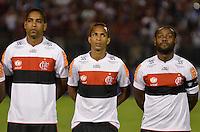 ATENÇÃO EDITOR: FOTO EMBARGADA PARA VEÍCULOS INTERNACIONAIS - SÃO PAULO, SP, 17 DE OUTUBRO DE 2012 - CAMPEONATO BRASILEIRO - PORTUGUESA x FLAMENGO: Cleber Santana (e) , Liedson (c) e Vagner Love (d) durante partida Portuguesa x Flamengo, válida pela 31ª rodada do Campeonato Brasileiro de 2012 no Estádio do Canindé. FOTO: LEVI BIANCO - BRAZIL PHOTO PRESS