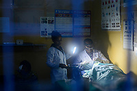 ETHIOPIA Taza Catholic Health Center, eye operation with torch during power cut / AETHIOPIEN Taza Catholic Health Center, Augenklinik, Operation mit Taschenlampe, weil Stromausfall