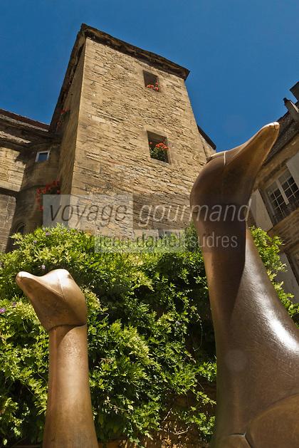 Europe/France/Aquitaine/24/Dordogne/Vallée de la Dordogne/Périgord/Périgord Noir/Sarlat-la-Canéda: Place du marché aux oies -  Les oies statue par Lalanne en fond  l 'hôtel de Vassal (XVème