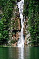 Deutschland, Bayern, Oberbayern, Berchtesgadener Land, Schoenau am Koenigssee: Schrainbach-Wasserfall in den Koenigssee | Germany, Upper Bavaria, Berchtesgadener Land, Schoenau am Koenigssee: Schrainbach waterfall into Lake Koenigssee