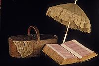 Europe/France/Auvergne/43/Haute-Loire/Le Puy-en-Velay: Le musée Crozatier - Détail panier à dentelle et ombrelle - Echantillons