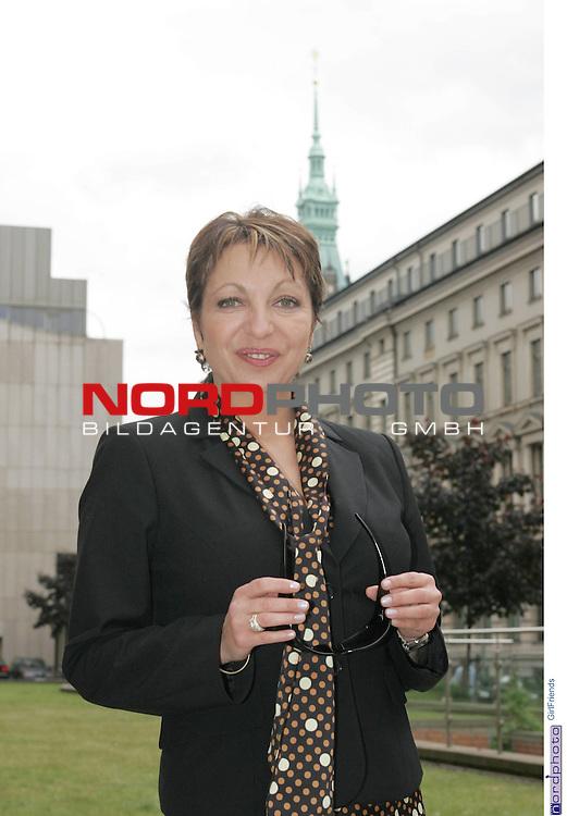 Foto-Call zur ZDF-Serie &quot;GirlFriends&quot;, 7. Staffel<br /> <br /> Am Motiv  &quot;Townhouse&quot;:<br /> <br /> Manon Strachť (Rolle: Elfie Gerdes) mit Sonnenbrille in der Hand; Hintergrund: Turm des Hamburger Rathaus.<br /> <br /> Foto &copy; nordphoto / Sarbach<br />  *** Local Caption *** Foto ist honorarpflichtig! zzgl. gesetzl. MwSt.<br />  Belegexemplar erforderlich<br /> Adresse: nordphoto<br /> Georg-Reinke-Strasse 1<br /> 49377 Vechta