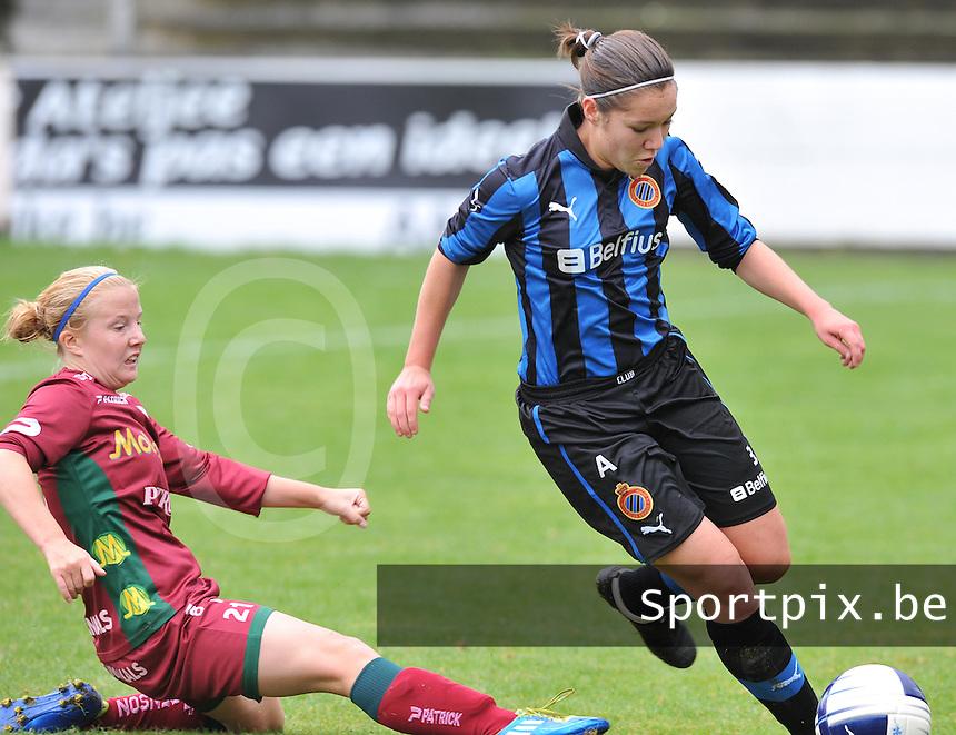 Club Brugge Dames - Dames Zulte Waregem : Elien Van Wynendaele aan de bal voor de tackelende Julie Devos.foto DAVID CATRY / Vrouwenteam.be
