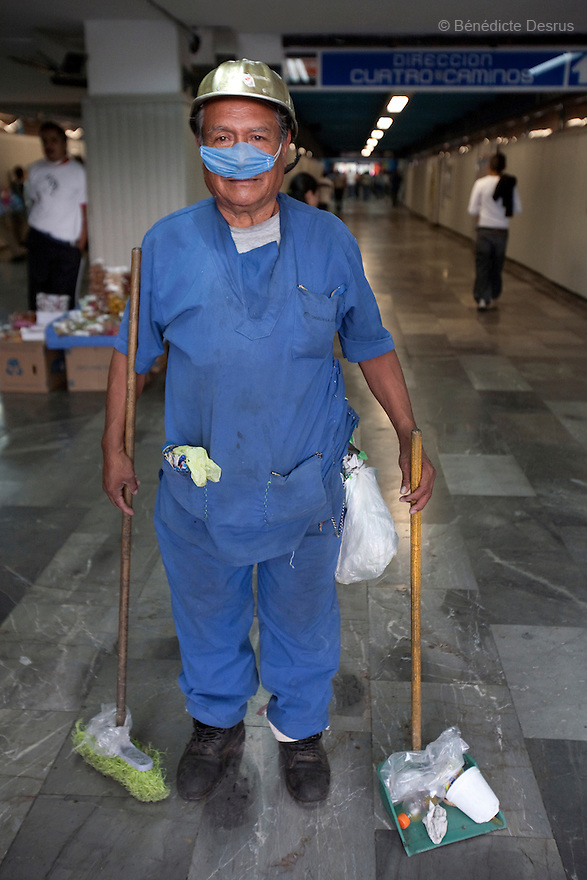 April 25, 2009 - Mexico City, Mexico - A metro worker of the Mexican capital wears surgical masks to protect himself from the swine Flu. Photo credit: Benedicte Desrus / Sipa Press