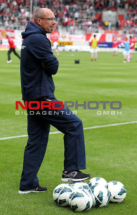 15.09.12, Halle, Erdgas Sportpark, GER, 3.Liga, 09.Spieltag, Hallescher FC vs SV Darmstadt 98 <br /> im Bild Trainer Kosta Runjaic (Darmstadt)<br /> <br />  // during the match between Hallescher FC and SV Darmstadt 98 on 2012/09/15  <br />   Foto &copy; nph / Hessland