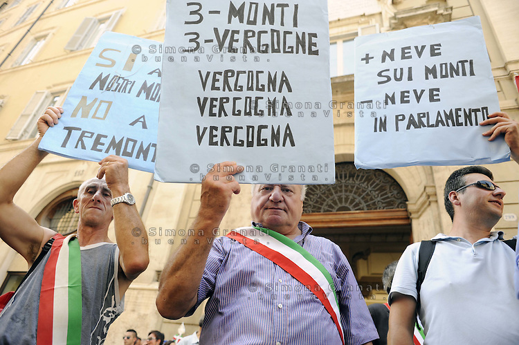 Roma , 26 Agosto 2011.Piazza Montecitorio.Protesta davanti al Parlamento dell' ANPCI associazione dei piccoli Comuni contro la Manovra economica e l'accorpamento dei comuni sotto i 1000 abitanti