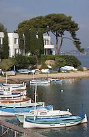 """Europe/France/Provence-Alpes-Cote d'Azur/Alpes-Maritimes/Antibes/Cap d'Antibes: Pointus dans la Calanque de l'Olivette et la villa """"Aujourd'hui"""""""