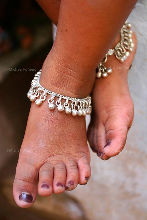 23.10.2006 Varanasi (Uttar Pradesh)<br /> <br /> Pieds d'une petite fille.<br /> <br /> Feet of a little girl.