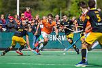 BLOEMENDAAL - Manu Stockbroekx (Bldaal)  met Jasper Tukkers (Den Bosch) en Gijs Campbell (Den Bosch)   tijdens de hoofdklasse competitiewedstrijd hockey heren,  Bloemendaal-Den Bosch (2-1) COPYRIGHT KOEN SUYK