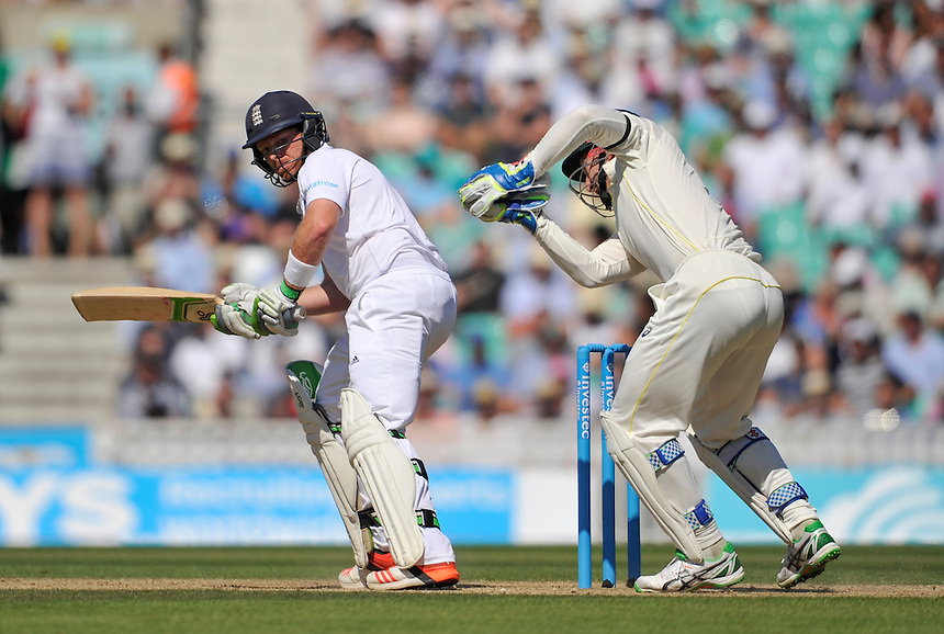 Australia's Peter Nevill takes ball cleanly as England's Ian Bell looks on<br /> <br /> Photographer Ashley Western/CameraSport<br /> <br /> International Cricket - Investec Ashes Test Series 2015 - Fifth Test - England v Australia - Day 3 - Saturday 22nd August 2015 - Kennington Oval - London<br /> <br /> &copy; CameraSport - 43 Linden Ave. Countesthorpe. Leicester. England. LE8 5PG - Tel: +44 (0) 116 277 4147 - admin@camerasport.com - www.camerasport.com