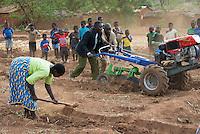 MALAWI, Lilongwe, hand tractor training for small scale  farmer / MALAWI, Lilongwe, GIZ Projekt gruene Innovationszentren, Handtraktor Training fuer Kleinbauern am Natural Resources College NRC, Vergleich manuelle und maschinelle Bodenbearbeitung