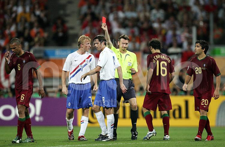 Fussball WM 2006  Achtefinale  Spiel 52 Portugal - Holland Portugal - Netherlands  Schiedsrichter alentin IVANOV (RUS, M) zeigt COSTINHA (POR, l) unter den Augen von DIRK KUYT (2.v.l.), Phillip COCU (3. v.l., beide NED), Ricardo CAVALHO (16) und DECO (r, beide POR) die Rote Karte.