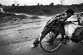 Ramgarh 24.02.2010 India. .Photo Maciej Jeziorek/Napo Images..Ramgarh Transporting of coal.24.02.2010 Indie ..Przewozenie malych ilosci wegla na handel.fot. Maciej Jeziorek/Napo Images
