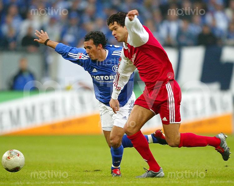 Fussball  1. Bundesliga Saison 2003/2004  11. Spieltag Schalke 04 - FC Bayern Muenchen 2:0       Sergio PINTO (li, S04) gegen Michael BALLACK (re, FCB)