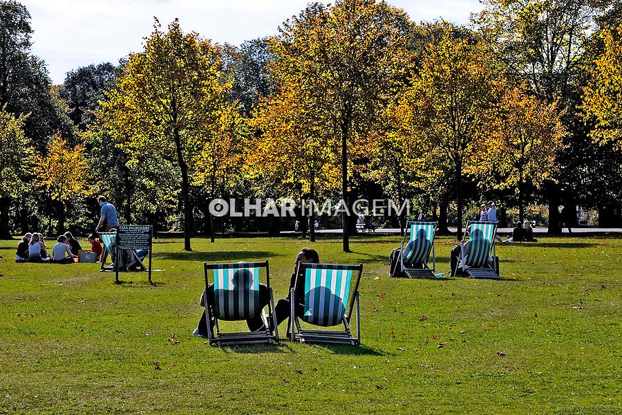 Pessoas no parque Hyde Park. Londres. Inglaterra. 2008. Foto de Juca Martins.