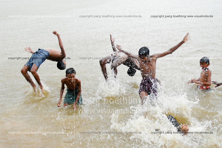 INDIEN Westbengalen , Badefreuden im Monsun - Kinder / INDIA Westbengal children take bath in Monsoon rain