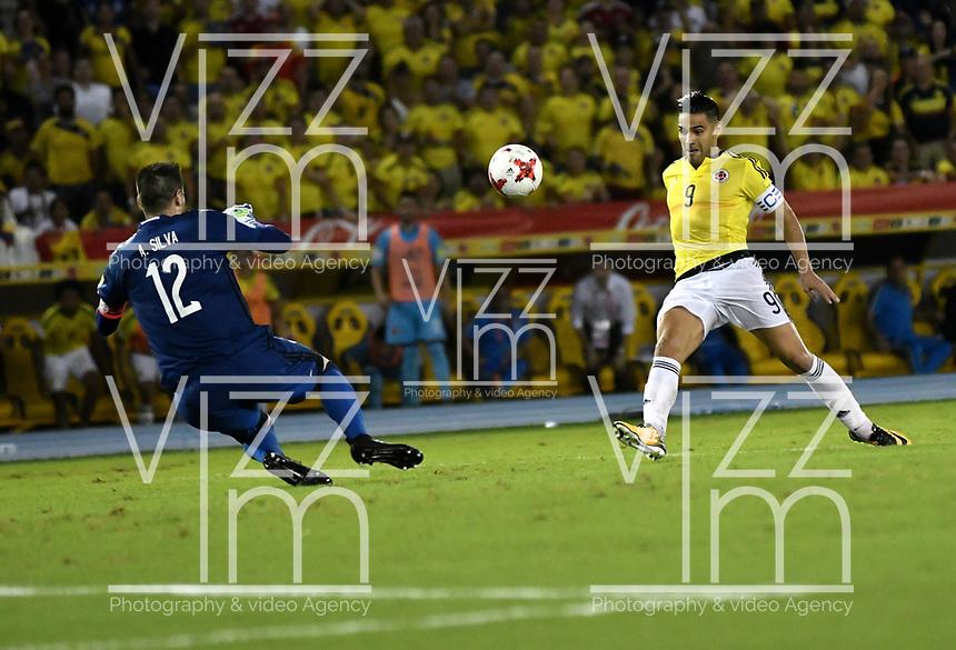 BARRANQUILLA – COLOMBIA - 05 – 10 - 2017: Radamel Falcao García (Der.), jugador de Colombia, anota gol a Anthony Silva (Izq.) portero de Paraguay, durante partido entre los seleccionados de Colombia y Paraguay, de la fecha 17 válido por la clasificación a la Copa Mundo FIFA Rusia 2018, jugado en el estadio Metropolitano Roberto Melendez en la ciudad de Barranquilla. / Radamel Falcao Garcia (R), player of Colombia scored a goal to Anthony Silva (L) goalkeeper of Paraguay, during a match between Colombia and Paraguay as part of FIFA 2018 World Cup Qualifiers at Metropolitano Roberto Melendez Stadium in Barranquilla city. Photo: VizzorImage / Luis Ramirez / Staff.