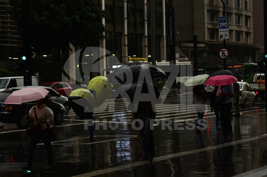 SÃO PAULO, SP, 27 DE FEVEREIRO DE 2012 - CLIMA TEMPO - Pancada de chuva atinge a capital na tarde desta quarta-feira, na região da avenida Paulista. FOTO: ALEXANDRE MOREIRA - BRAZIL PHOTO PRESS.