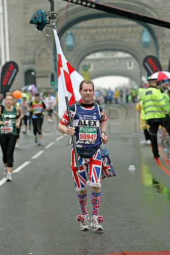 23 April 2006: A fun runner dressed in a Union Jack costume crosses Tower Bridge during the Flora London Marathon. Photo: Steve Bardens/actionplus...athletic athlete runner distance 060423 fun funny humour